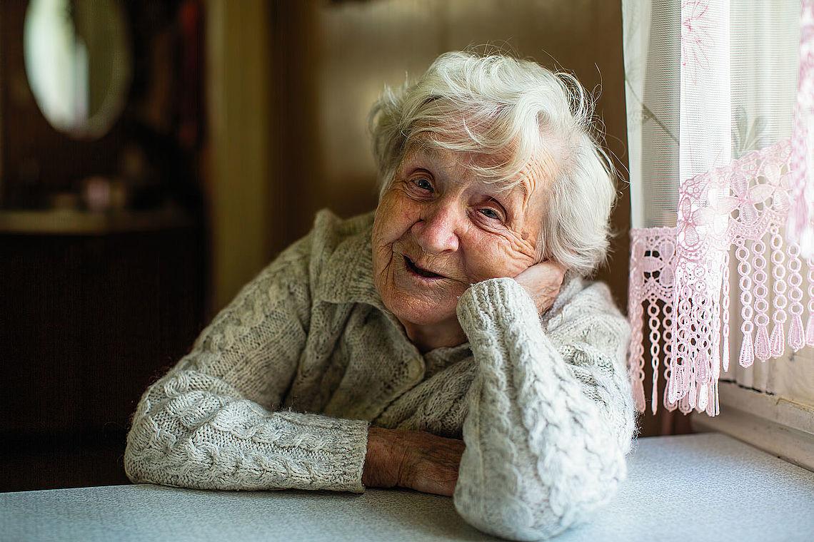 Portrait d'une vieille dame - photo Adobe stock