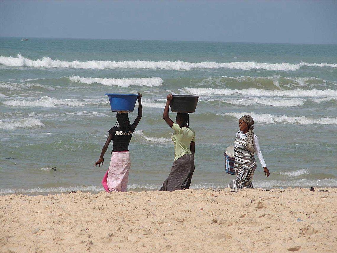Femmes sur la plage à Cayar (Sénégal)