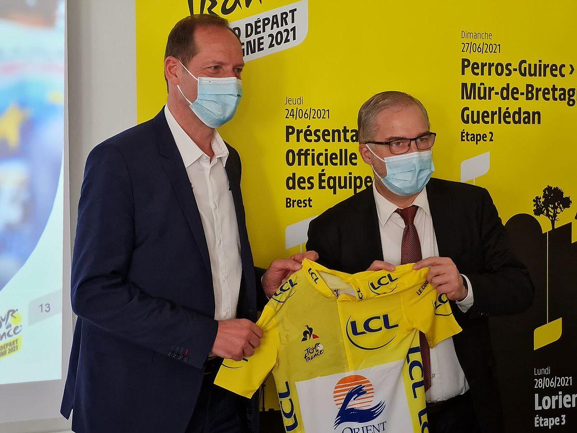 Christian Prudhomme et Fabrice Loher présentent le maillot jaune 2021