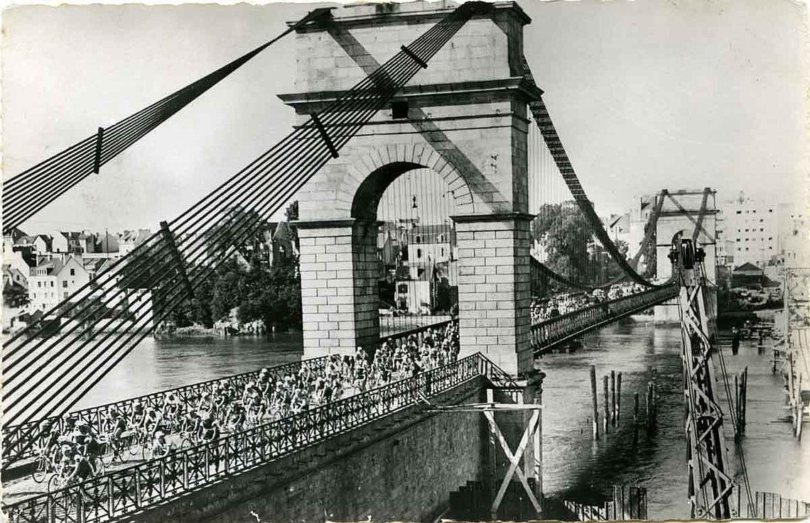 Le Tour passe sur le pont St Christophe en 1956 - 7Fi5012 © Archives de Lorient