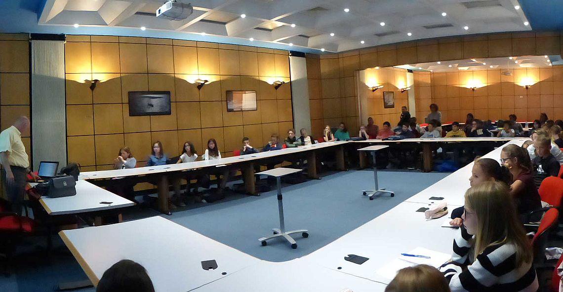 Pierre Gemin présente le protocole des cérémonies aux jeunes élus