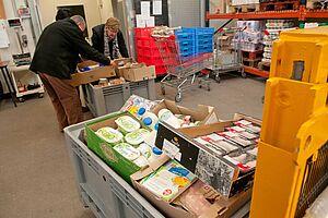 Collecte alimentaire (image 2017 - tri des produits à la Maison de la solidarité)