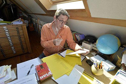 Jean Quiclet au téléphone ©Thierry Creux - Ouest France