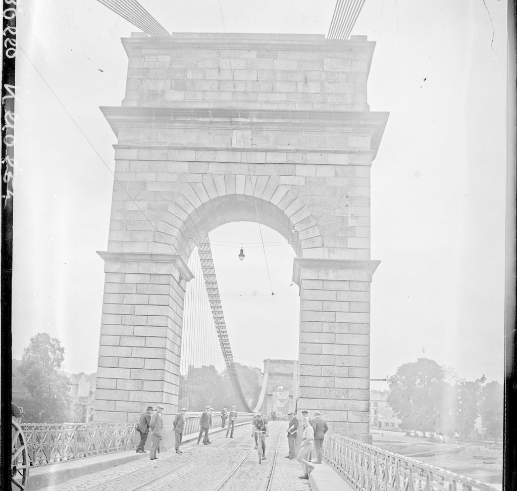 21-6-28, Tour de France [cycliste,] Brest - Vannes, Bouillet passe sur le pont de Lorient : [photographie de presse] / [Agence Rol]