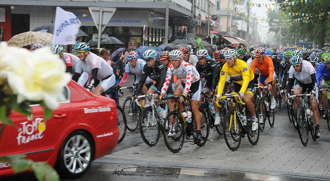 Le tour 2011 sous une pluie battante, à l'angle de la place Jules Ferry