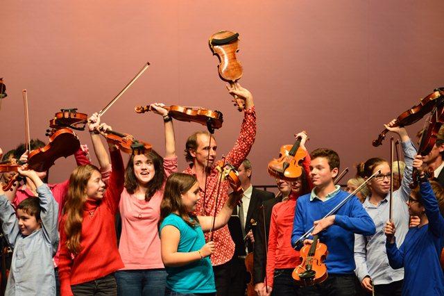 Gilles Apap lors d'un concert avec les élèves de violon du conseratoire