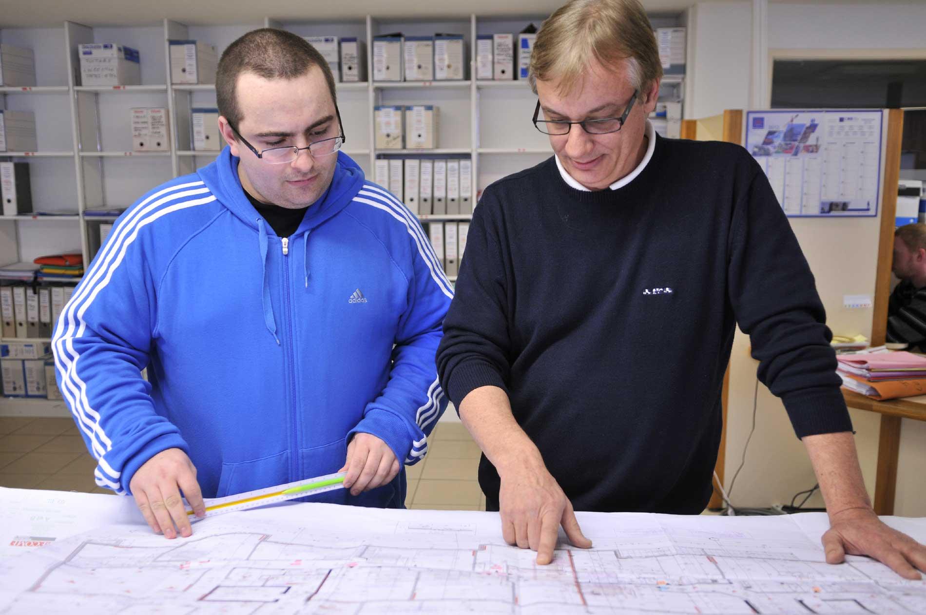 Florian et son maître d'apprentissage, M. Tressard, des établissements Daeron