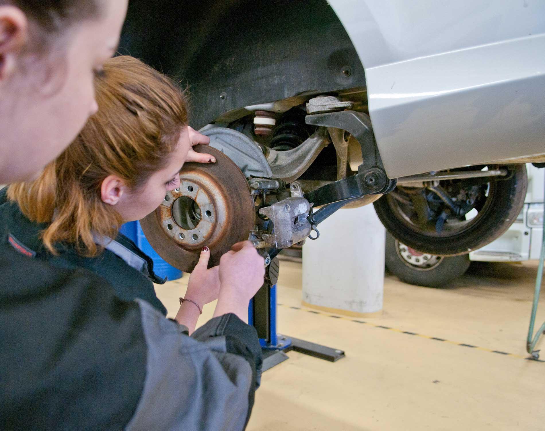La mécanique auto ouvre aussi des débouchés aux femmes