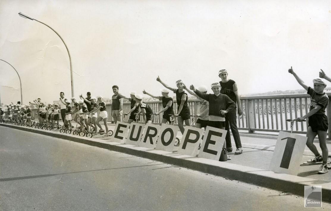 Le Tour de France passe sur le pont St Christophe devant des petits supporters enthousiastes ! (photo Archives de Lorient -  5Fi8242)