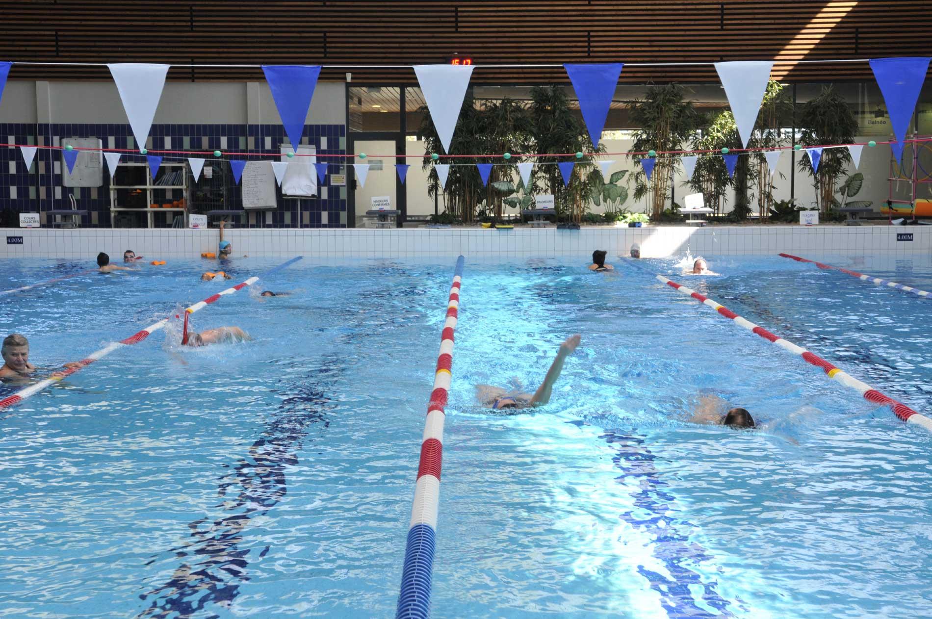Lignes de natation dans le bassin sportif