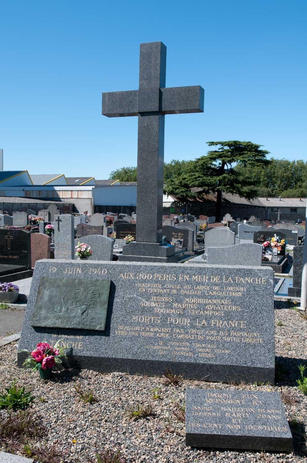 Stèle du naufrage du Tanche au cimetière de Kerentrech