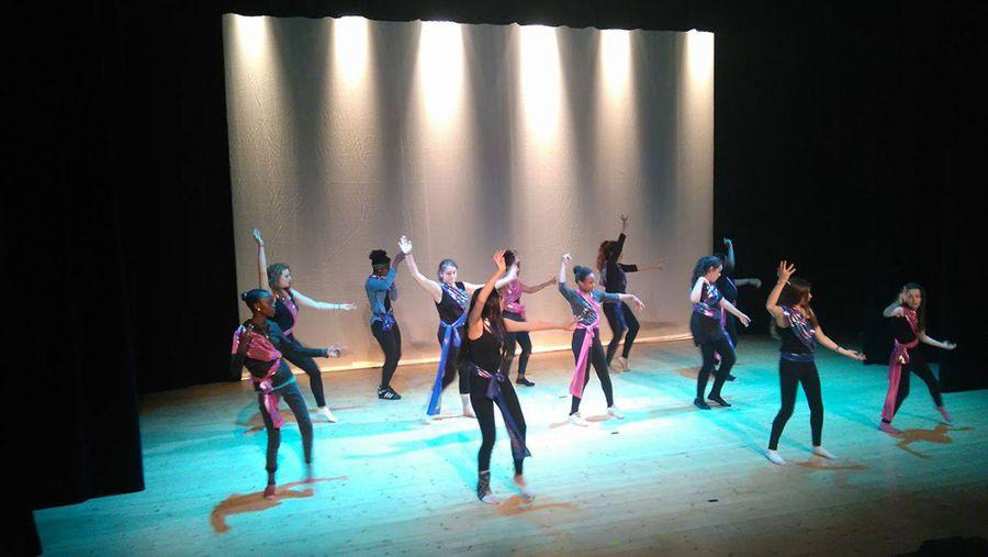 Spectacle de danse du monde créé par des jeunes filles