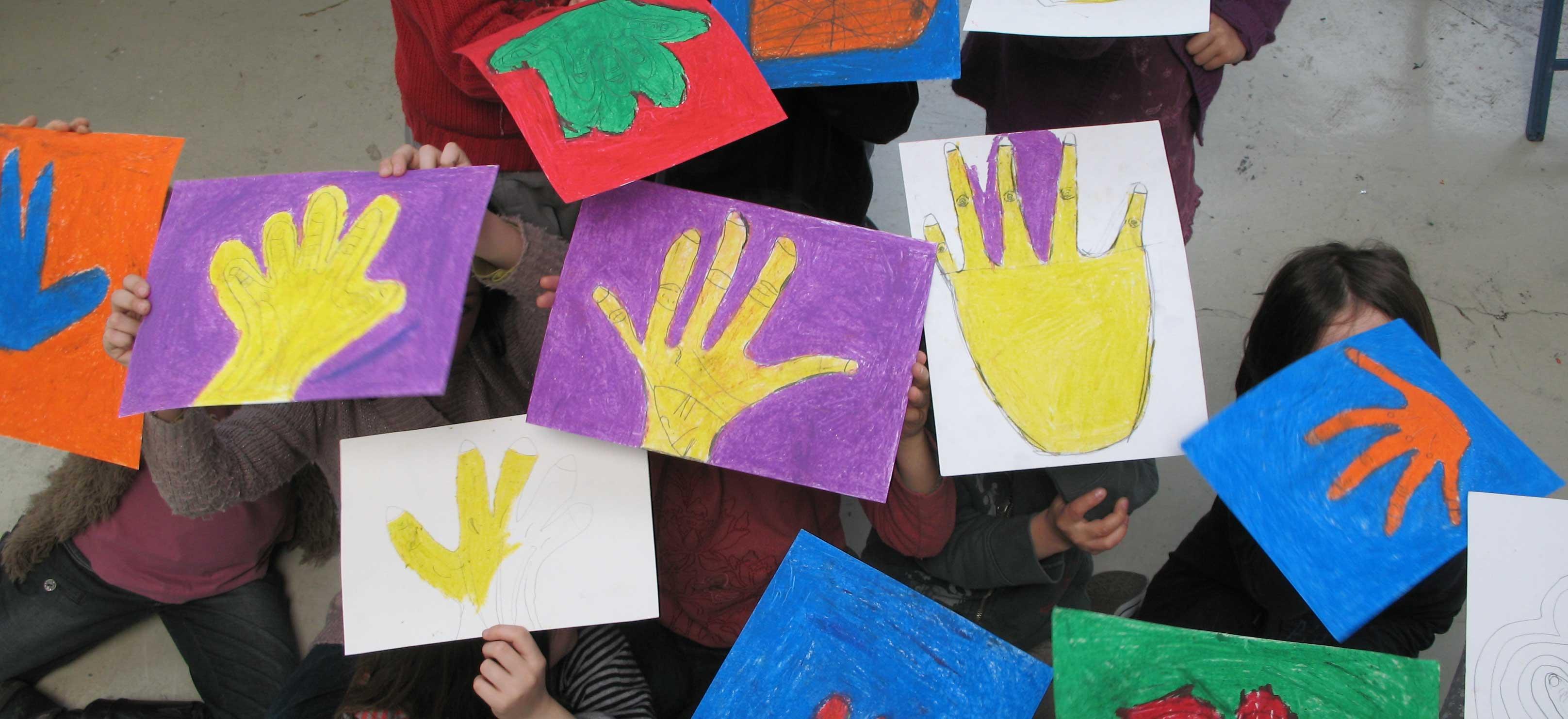 S'engager - mains peintes en atelier avec l'école d'art