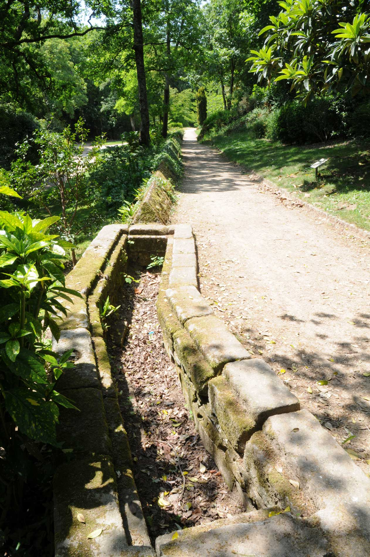 Canalisation de la Compagnie des Indes dans le jardin Chevassu