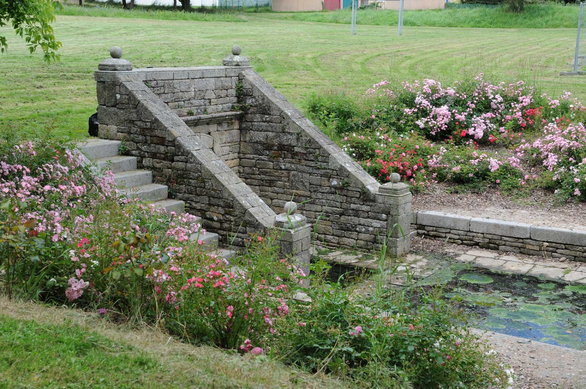 Fontaine dans le jardin des 4 jeudis