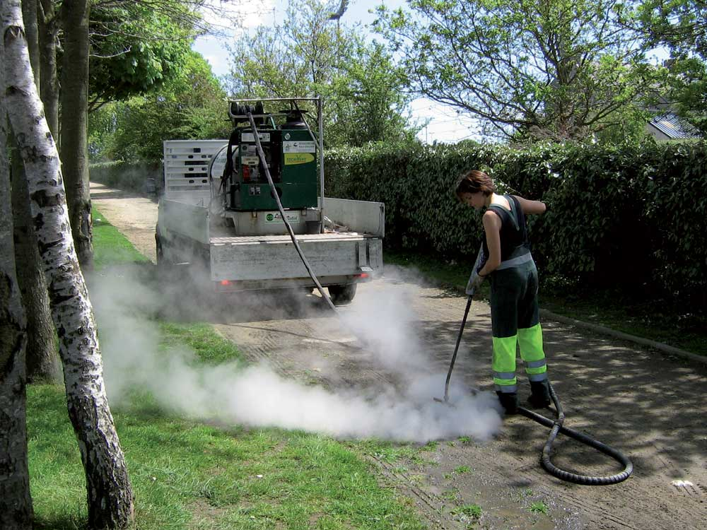 Désherbage à l'eau chaude au jardin des 4 jeudis