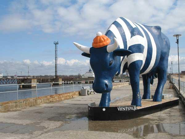 La vache bleue du port de Ventspils (Lettonie)