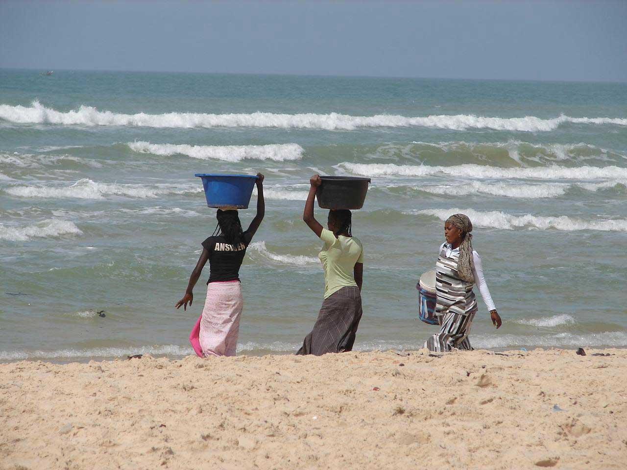Femmes sur la plage de Cayar (Sénégal)