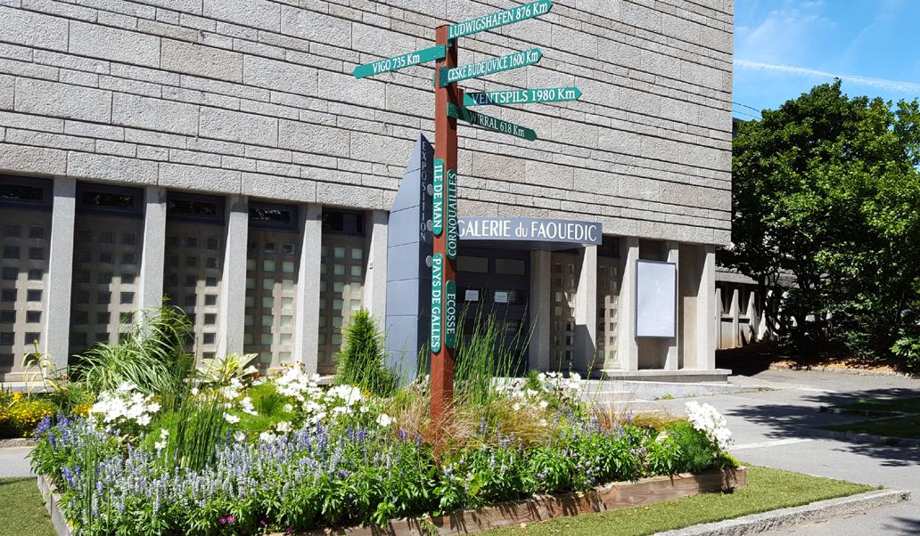 poteau des jumelages devant la mairie