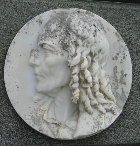 Le médaillon présent sur la tombe du docteur Bodélio