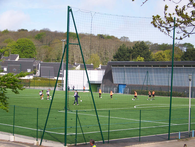 Terrain de sport en stabilisé et gymnase