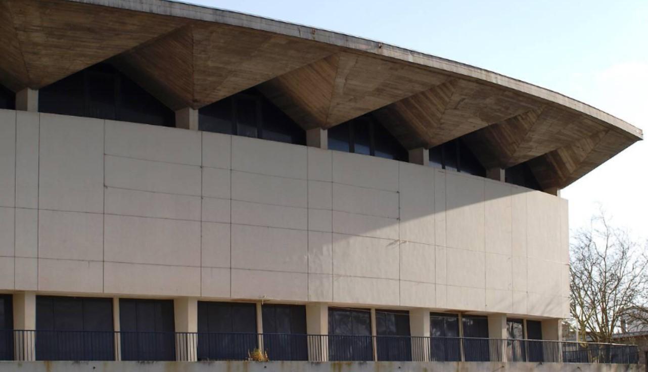 """Gros plan sur la """"casquette"""" du palais des congrès"""